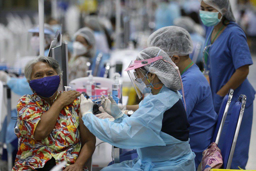 整個4月確診人數成長一倍,主要是感染Alpha變種病毒(英國變種病毒)。面對疫情爆發,巴育政府將原因歸於人民放鬆警戒,沒有好好保護自己,導致散播到全國。 圖/歐新社