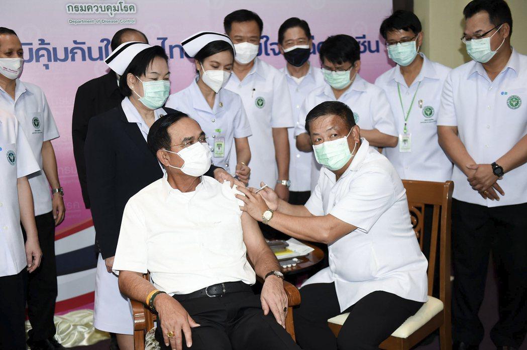 今年3月歐洲部分國家表示Vaxzevria疫苗可能會導致血栓而停用,泰國也跟著拜布暫停接種,然而過沒多久巴育又宣布Vaxzevria疫苗安全無虞,並率領內閣注射以安民心。圖為巴育接種疫苗。 圖/美聯社