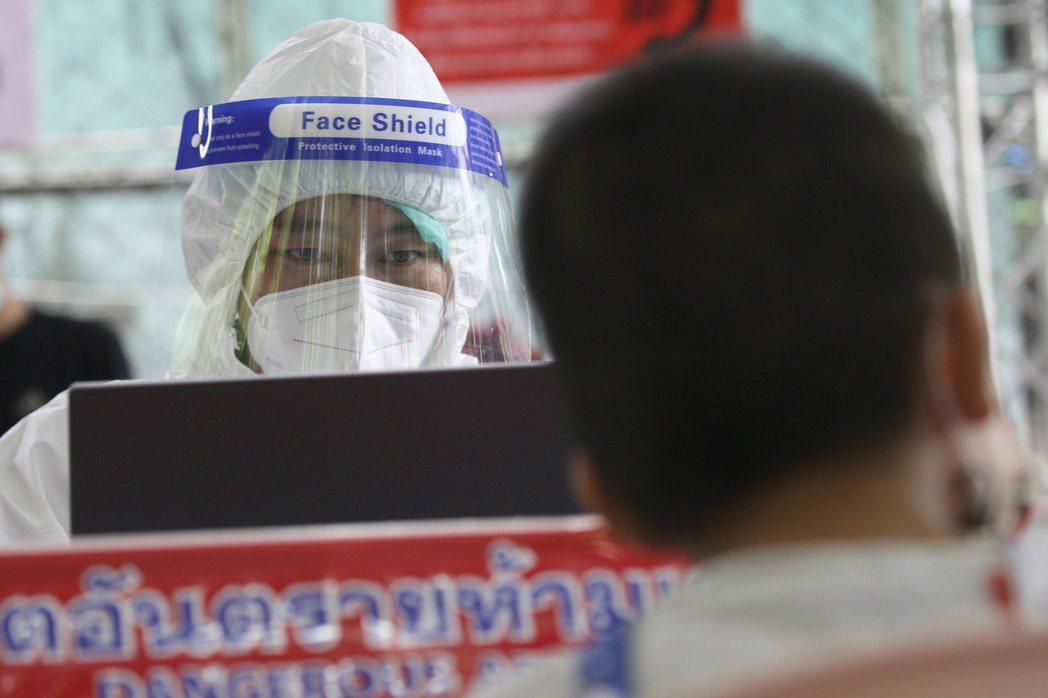 巴育政府特別補貼六億泰銖的研發經費,預計6月生產六百萬劑,7至11月每月一千萬劑,12月五百萬劑,總共6,100萬劑。若全數到位,今年底就可讓絕大部分的泰國成年人都注射一劑。 圖/歐新社