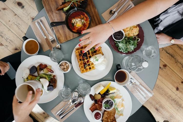 在人生孤獨的旅程中,到了暮秋之際,與其孤單地獨食,不如有三五飯友,陪著我們一起吃...