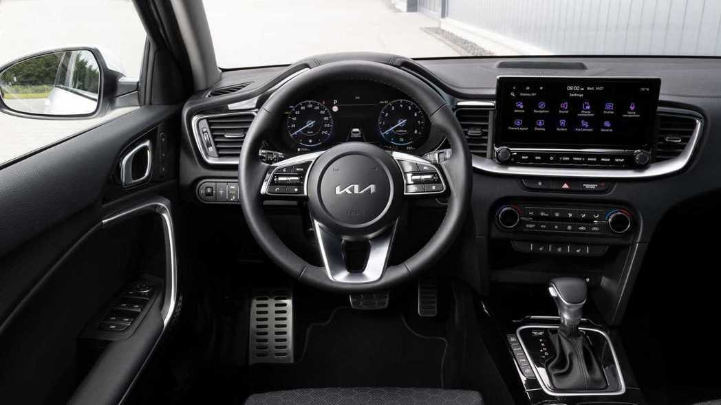 小改款Kia Ceed家族導入了12.3吋數位儀表與10.25吋中控觸控式螢幕。...