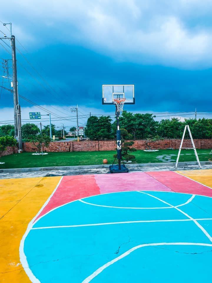 一名網友發文分享,他於賣場購買籃球框架後自己動手組裝,更大費周章在空地上畫出籃球場,在自家打造私人籃球場,貼文一出羨煞大批網友。圖/取自Costco好市多 商品經驗老實說