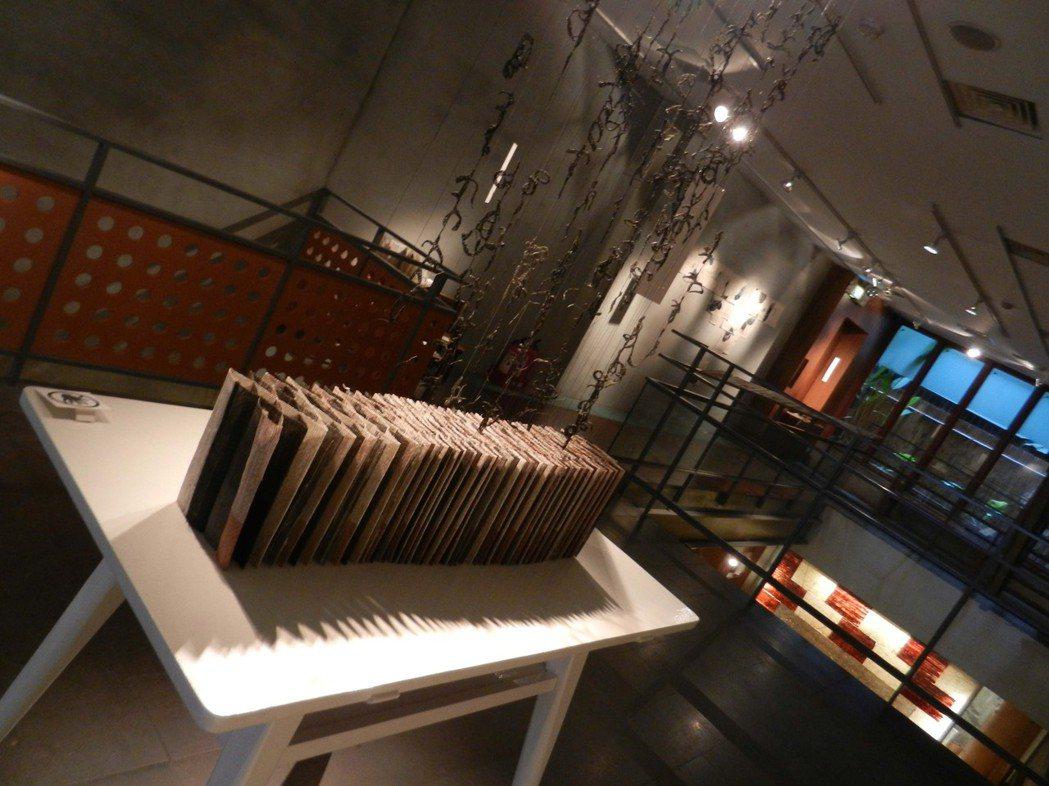 2011年台北「樹火紀念紙博物館」展出楊偉林的書籍裝置藝術《意識.流》(Stream of consciousness)。 圖/作者提供