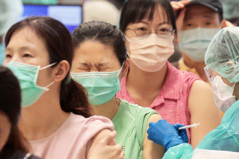 颱風烟花預估23、24日對台灣影響最劇,台北市副市長蔡炳坤表示,將依照指揮中心宣布,各地方疫苗接種站如因停班停課取消接種,至於北市專案接種則安排至本周四。記者蘇健忠/攝影