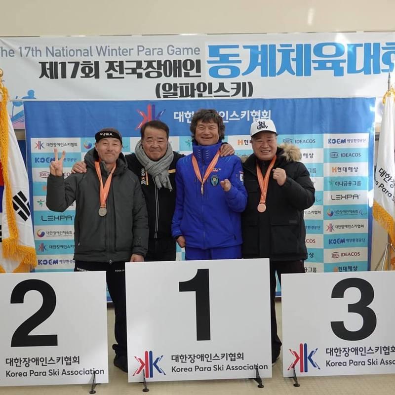 圖為韓國「無指登山家」金洪彬(右二)2020年2月在社交網站上傳的照片 圖/IG@k.hongbin