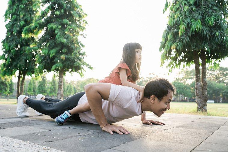 ▲有些人會藉由核心訓練提升肌力,改善腰部痠痛,但正確坐姿才是遠離痠痛最根本有效的...