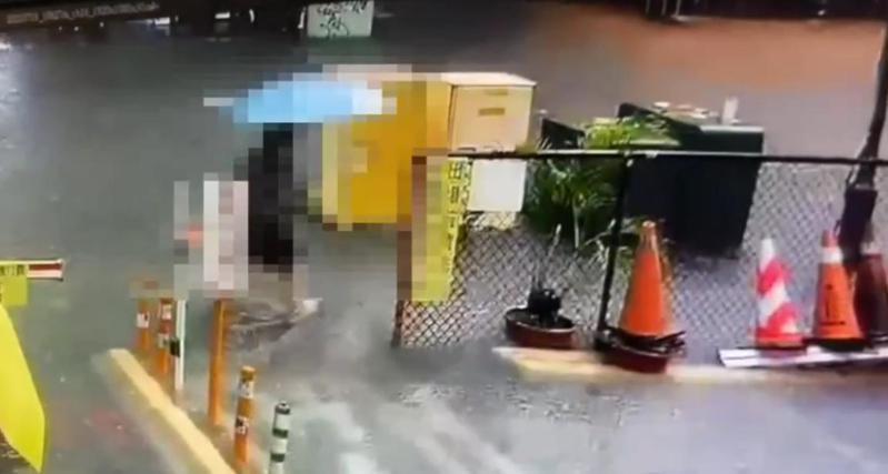 高姓女子昨(19日)涉水路過高雄市鳳山區三民路,發生觸電倒地。記者林保光/翻攝