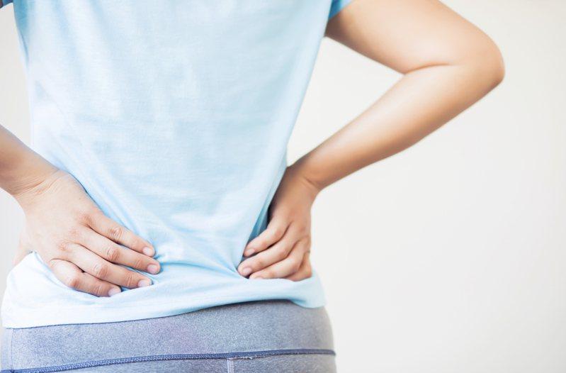 腰部劇痛恐有尿路結石問題,應儘速就醫檢查。示意圖/ingimage