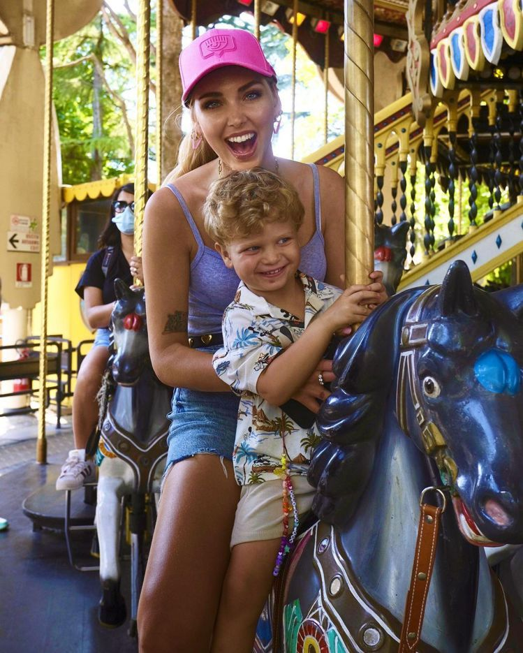 Leo穿著和媽媽Chiara在遊樂園玩旋轉花木馬。圖/取自IG