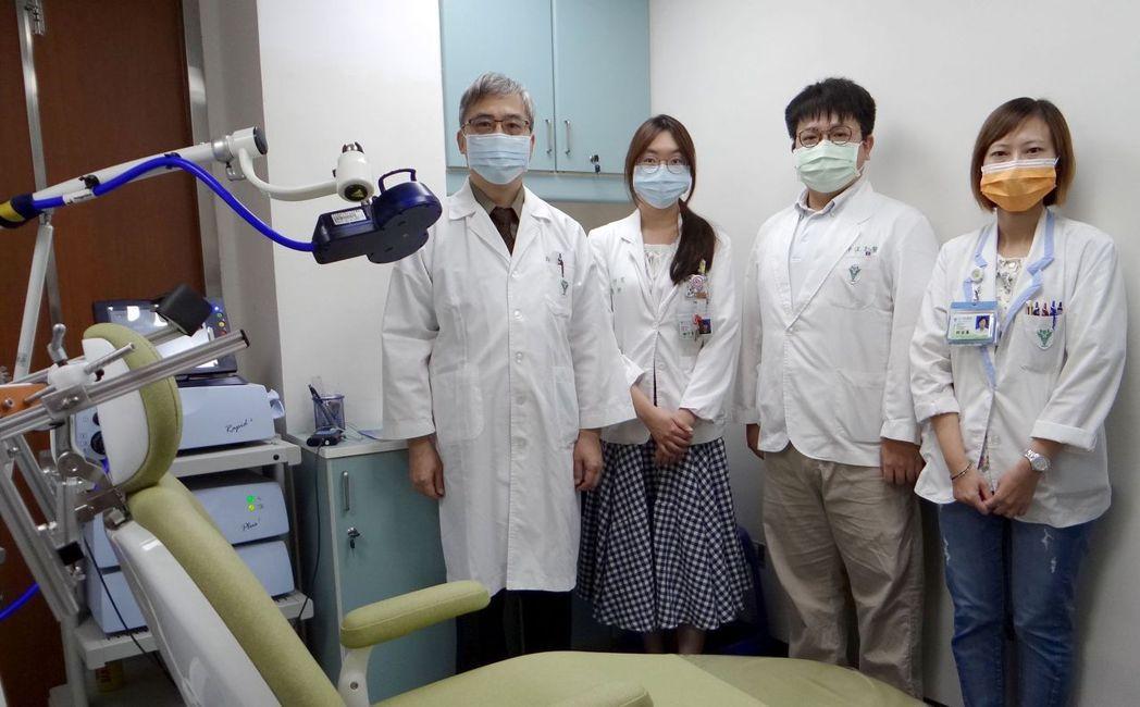 奇美醫學中心精神醫學部成人精神科主任黃隆正博士(左一)率領團隊合影。