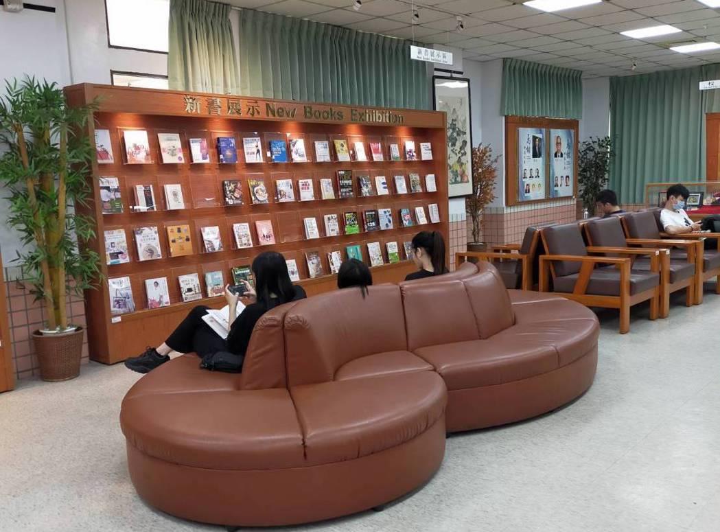 萬能科大圖書館新書展示區。