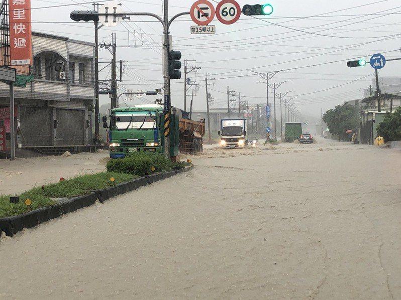 高雄下午又下起雷雨,仁武區時雨量約43毫米,導致水管路近義大二路路面積水,水深約30公分。圖/讀者提供