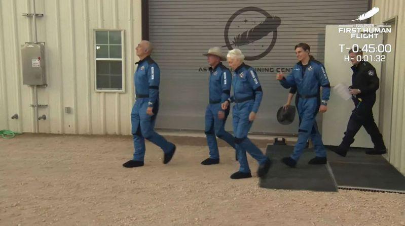 全球首富貝佐斯(Jeff Bezos)一行4人在台北時間今天晚間9時13分左右前進太空,大約10分半後成功返抵地球。 法新社