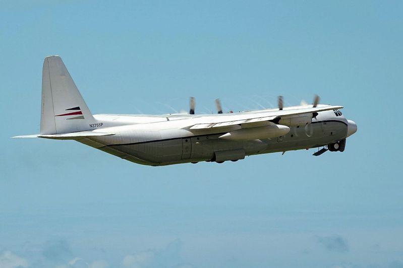 一架疑似屬於美國的C-130運輸機7月19日中午降落桃園機場,運輸機機身看不到明顯的塗裝,在裝卸貨物、加油作業完成後飛離。 (中央社)