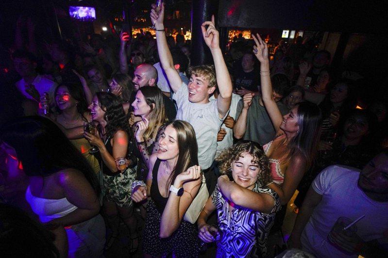 英國大批年輕人19日凌晨擠進夜店,狂歡慶祝「自由日」解封。  美聯社