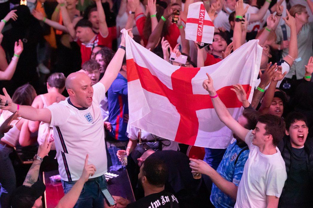 在全歐洲熱烈關注歐洲國家盃足球賽之際,英國首相強生決定解封,使得英國疫情急速升溫...