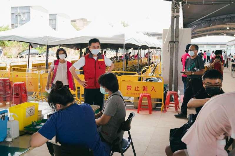新竹市長林智堅訪視疫苗施打情形。圖/新竹市政府提供