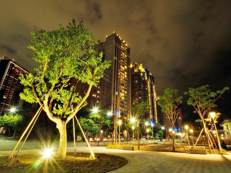 「內惟散步」座落於內惟車站旁的迎曦廣場,結合幾何造型與樹景,塑造多元活動空間。圖/高雄市水利局提供
