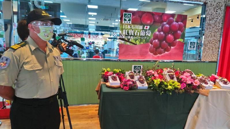 日本石川縣「浪漫紅寶石Ruby Roman」要價不斐,台中市裕毛屋超市還特別請保全看守。記者余采瀅/攝影