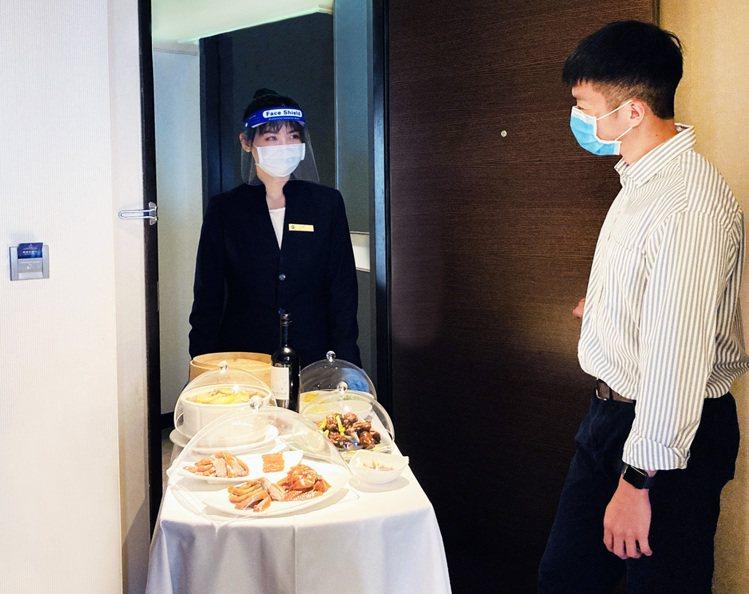 「微度假解鴨」住房專案有專人送入房內的超人氣櫻桃烤鴨三吃,並贈送精選紅酒。圖/台...