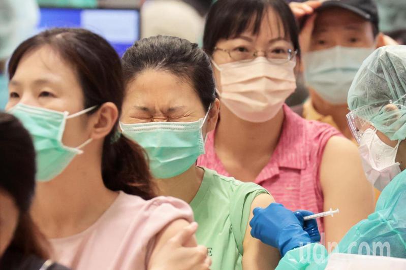 台北市上午安排疫苗接種專案包含北捷人員、公車司機、教職人員等,在花博爭豔館接種站施打疫苗,教職人員從今天起連4天,總計有1.8萬人進行接種。記者蘇健忠/攝影
