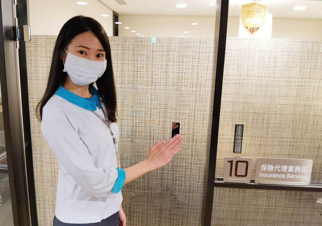 隨著疫情警戒微解封,為提供民眾更安心的服務環境,台北富邦銀行於全台45間分行推出...