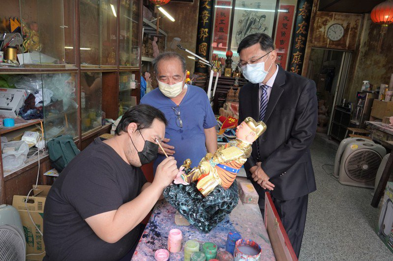 經營神像雕刻店的施炯裕(中)為今年鹿港模範父親,鹿港鎮長許志宏今天到府表揚。記者林敬家/攝影