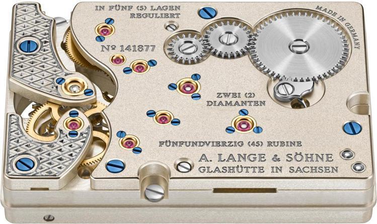 L042.1型手上鏈機芯配備雙發條盒,機芯由370個零件組成,並可提供120小時...