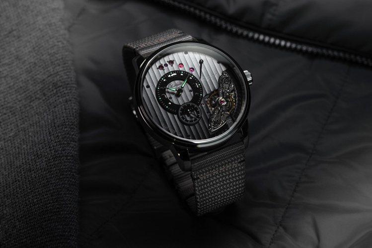 PanoMaticInverse偏心機芯倒置大日曆腕表的面盤紋路恰與灰色尼龍纖維...