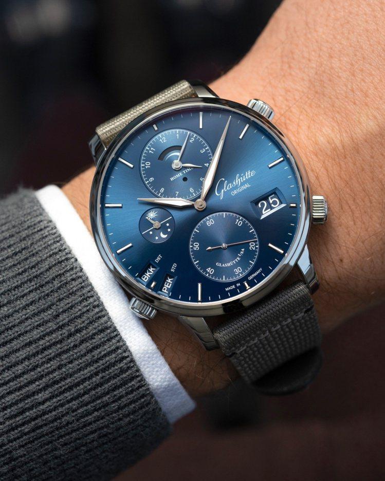 同樣是尼龍纖維表帶,較為沈穩的灰色與藍色,為精緻、高級感的時計,在典雅和日常中找...