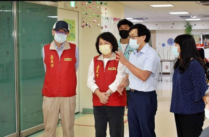 嘉市陽明醫院院長謝景祥(右二)從施打疫苗發現地方上的數位落差。圖/嘉義市政府提供