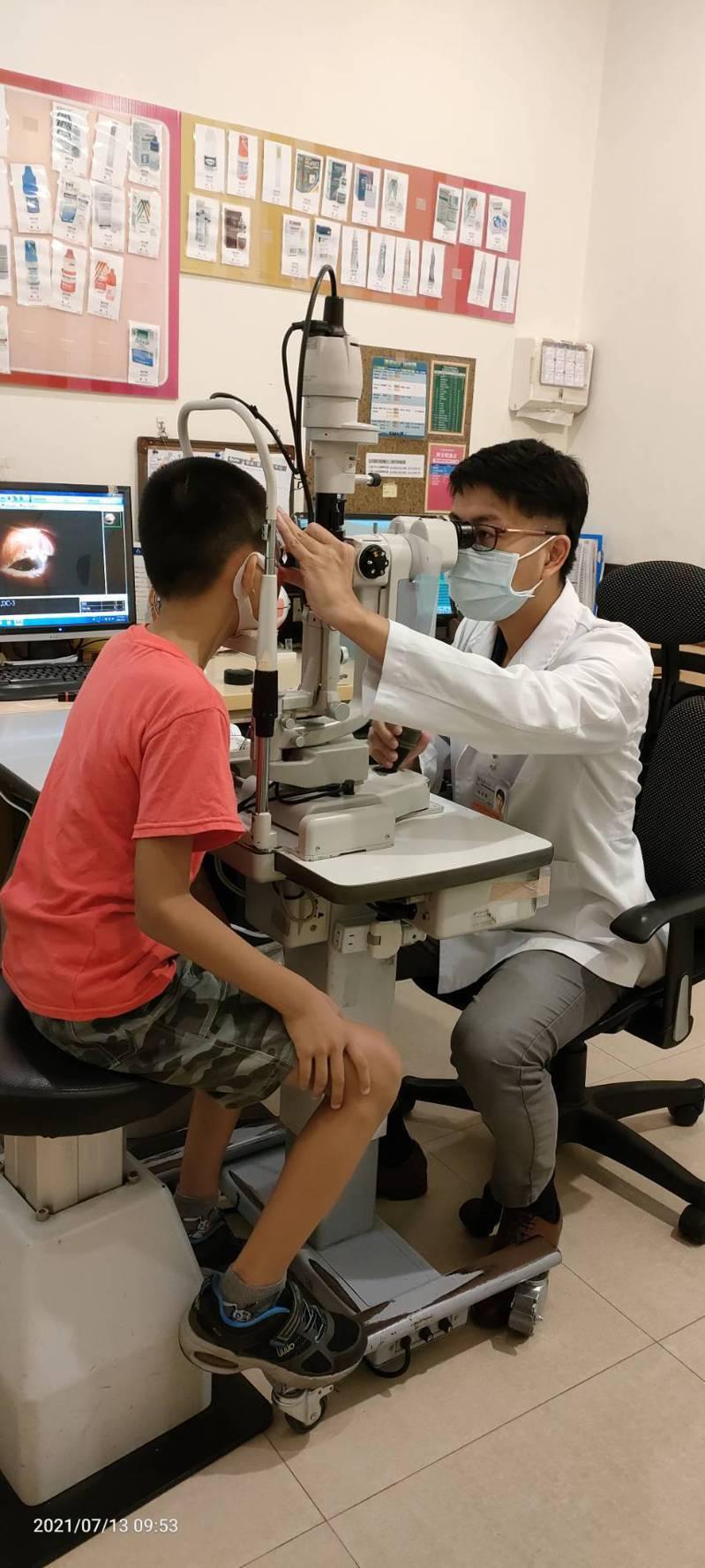 疫情爆發,讓孩童視力恐更陷危機,醫師提醒疫後快檢查。圖 /新營醫院提供
