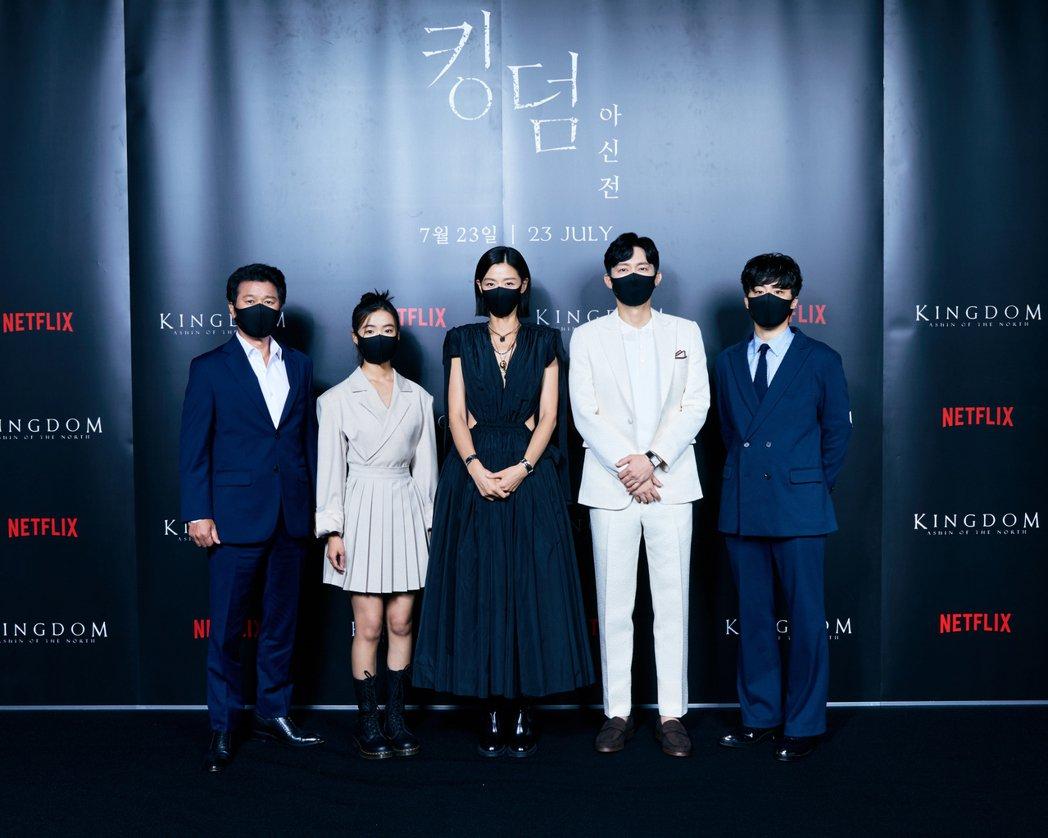 全智賢以身作則戴口罩呼籲防疫。圖/Netflix提供