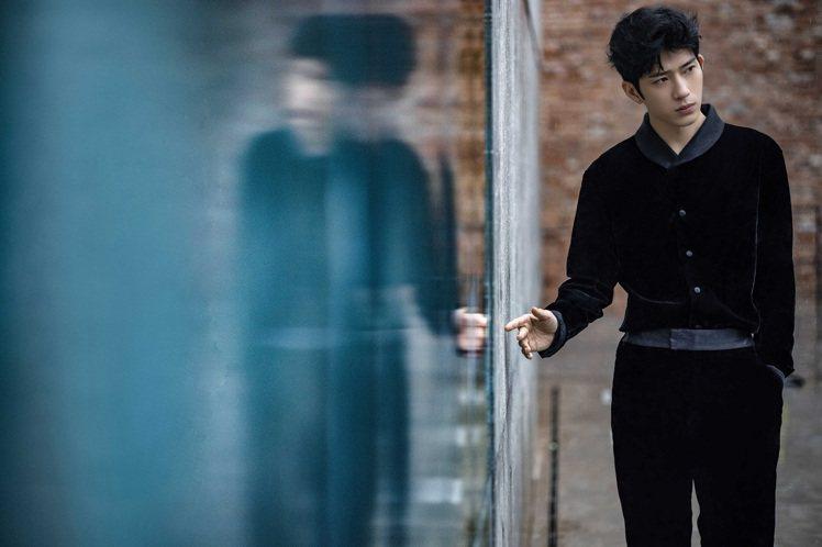 井柏然以Giorgio Armani秋冬黑灰色翻領式天鵝絨上衣搭配剪裁流暢修身的...