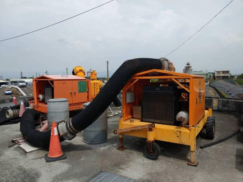 因應烟花颱風未來可能帶來風雨,水利署第五河川局日前已展開防汛整備工作,包括在雲林縣水門、抽水站及防潮閘門等處預布移動式抽水機組待命。圖/五河局提供