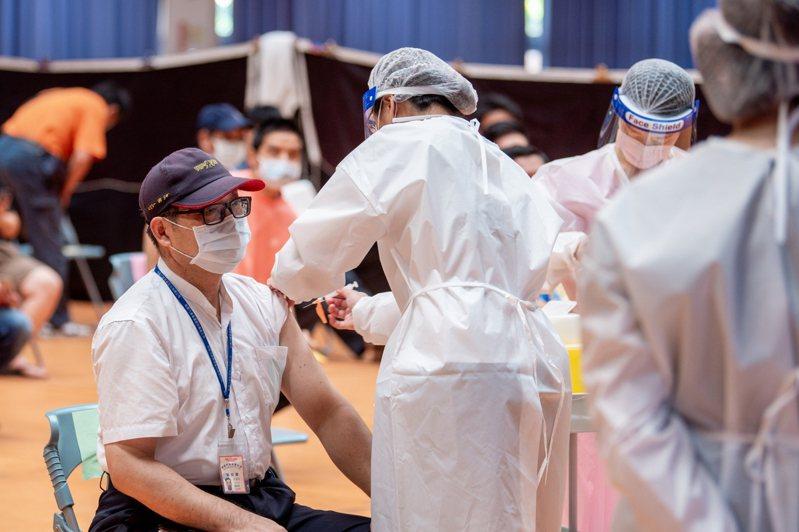 桃園執行公車司機接種新冠肺炎疫苗專案,全市近千名司機共有499人預約,交通局表示實際接種人數將比造冊數字高。圖/桃園市政府提供