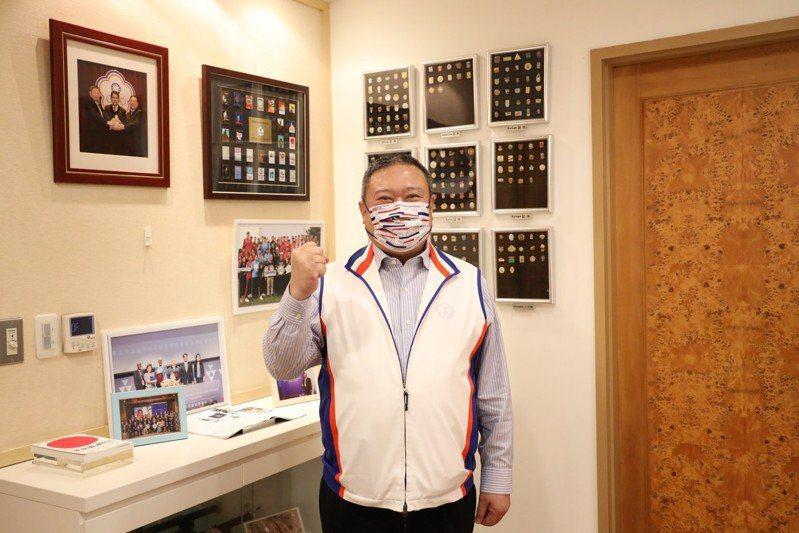 中華奧會主席林鴻道今年5月準備東奧限量口罩贈與選手。圖/中華奧會提供
