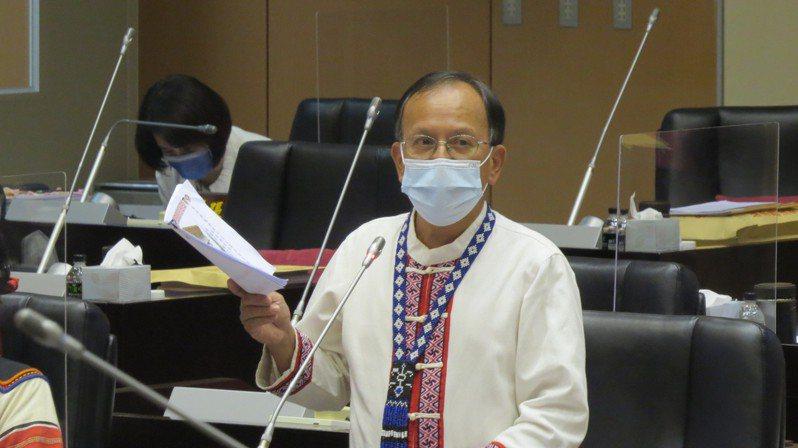苗栗縣議員楊文昌今天在議會總質詢,為山路安全請命。記者范榮達/攝影