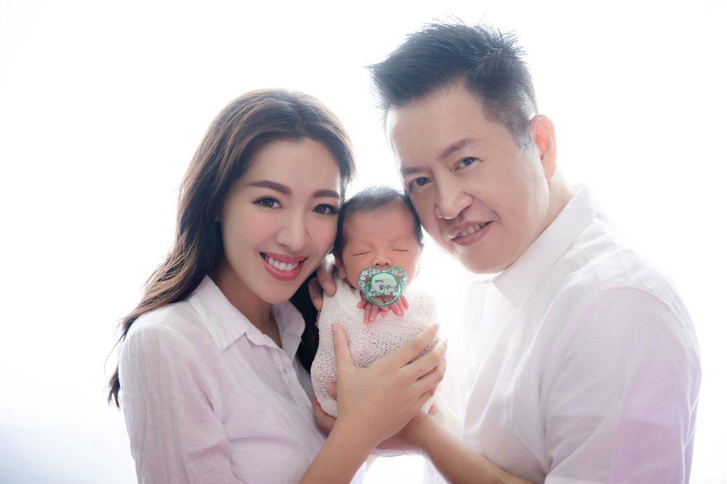 劉伊心和老公一起抱著兒子入鏡。圖/泡泡糖定製影像提供