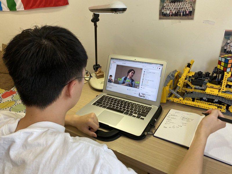 新北市教育局推出免費YouTube直播課程,要讓國中生也能在家學習寫作。圖/新北教育局提供