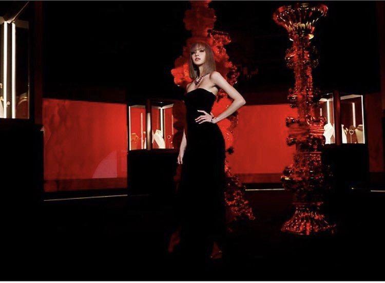 寶格麗代言人Lisa配戴寶格麗高級珠寶系列紅寶石珠寶,演繹寶格麗經典色彩中的紅色...