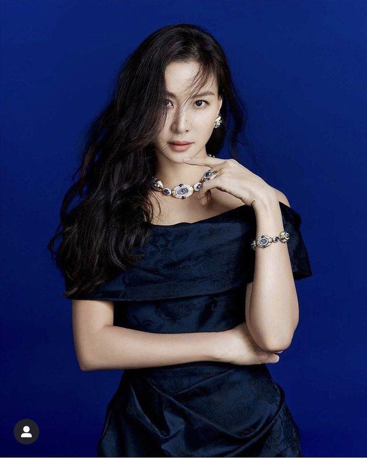 高素榮配戴寶格麗高級珠寶系列中的藍寶石珠寶。圖/取自IG