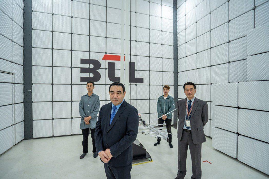 東研信超董事長吳仲超 (前排左)。圖/公司提供