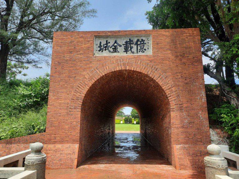 台南億載金城相隔145年首度洗澎澎,可以看出洗前洗後紅磚色澤的明顯差異。圖/文化局提供