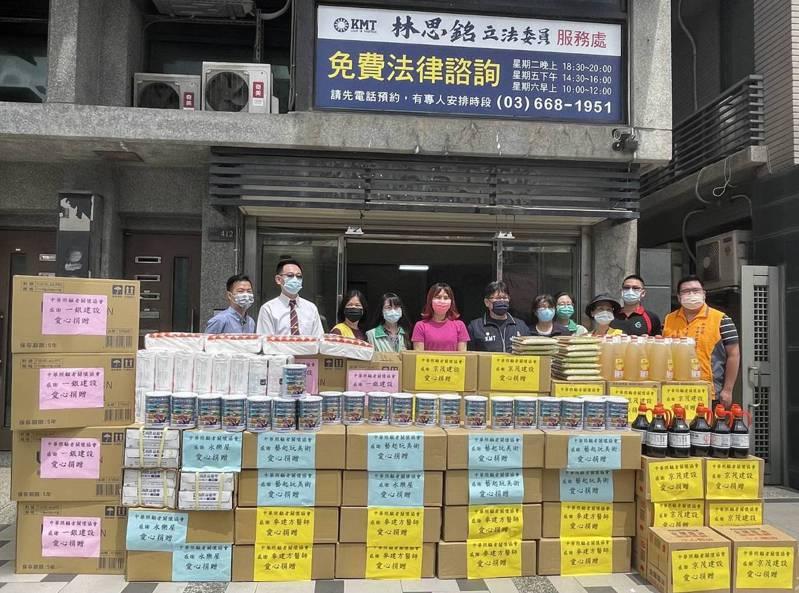 立委林思銘(右六)號召企業等善心人士共同捐助物資,送暖給單親新住民家庭,協助度過疫情難關。圖/林思銘服務處提供