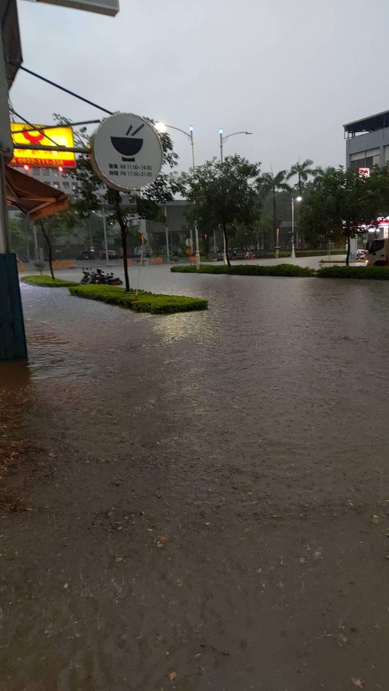 昨天高雄傍晚大雨,市區許多路段積淹水。圖/高雄市水利局提供