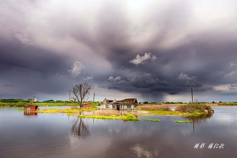 烟花颱風逼近,專業攝影師楊仁教中午路過水中屋,幸運地拍到水中屋「天空破大洞」雨瀑壯觀奇景美照。圖/楊仁教提供