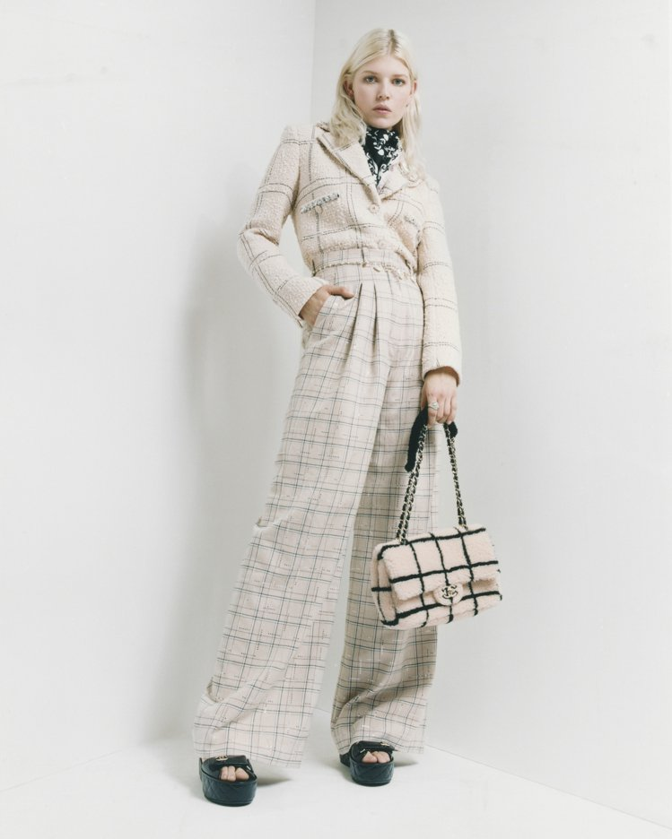 帥氣的米白色格紋寬褲裝。圖/香奈兒提供