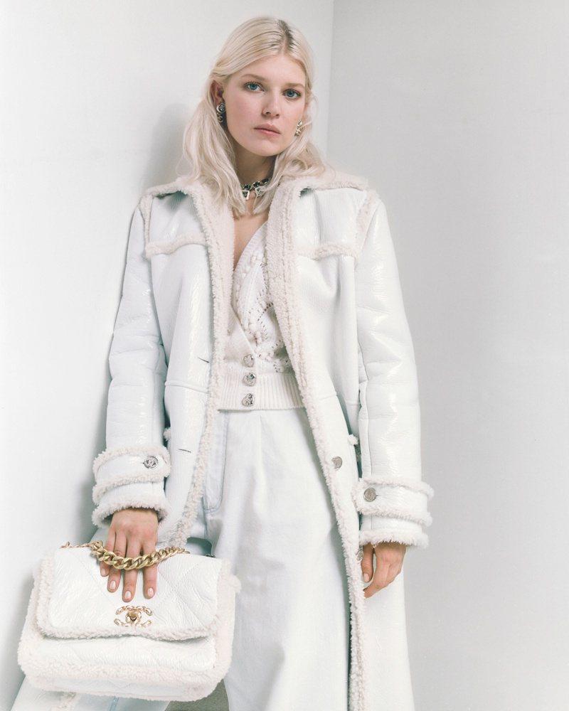 香奈兒2021/22秋冬前導系列即將開賣,形象廣告邀請到品牌好友暨模特兒Ola Rudnicka演繹。圖/香奈兒提供