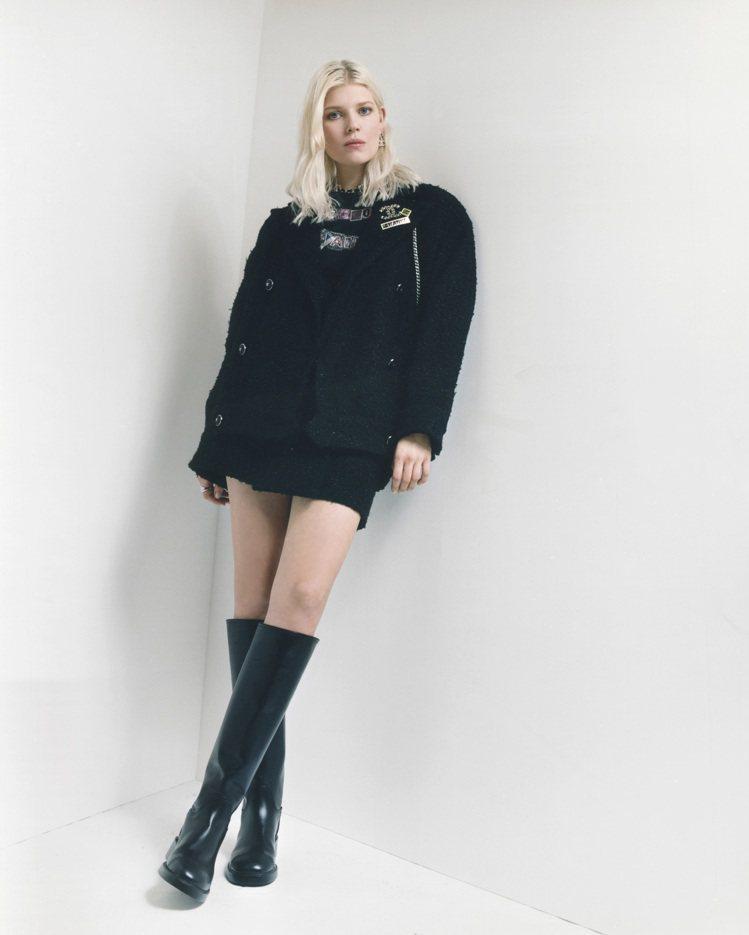 以黑色斜紋軟呢套裝短裙配皮革及膝靴,典雅中不失個性。圖/香奈兒提供